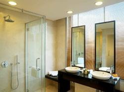 Boulevard Hotel room bathroom